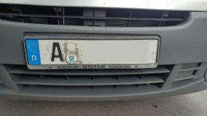 Ein Auto mit dem Kennzeichen A