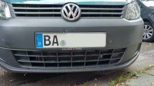 Ein Auto mit dem Kennzeichen BA