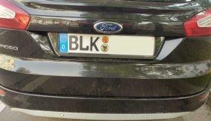 Ein Auto mit dem Kennzeichen BLK