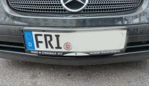 Ein Auto mit dem Kennzeichen FRI