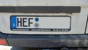 Ein Auto mit dem Kennzeichen HEF