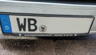 Ein Auto mit dem Kennzeichen WB